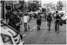 Varios habitantes se dirigen a la nave para recoger sus pertenencias ante la vigilancia de los Mossos d'Esquadra
