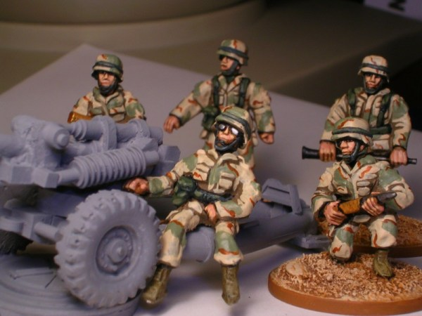 28mm 105mm light gun crew in Fritz helmet