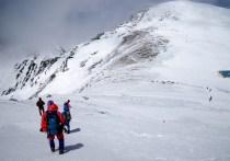 木曽駒ヶ岳山頂を望む。中岳中腹より。