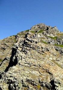 ジャンダルムへの岸壁。。。。小さく登山者が見える