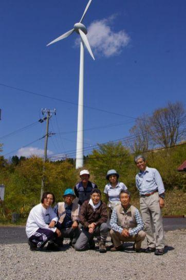 風車をバックに記念写真