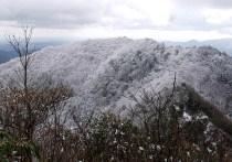 08全面 樹氷に覆われた三つ頭山。