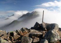 滝雲流れる空木岳の稜線