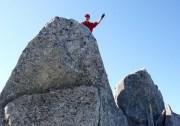 烏帽子岳の岩峰に上るライスさん。