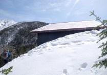 雪の中に埋もれた越百小屋。