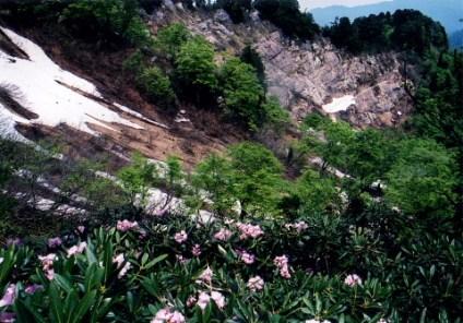 砂御前山への登りから鎧壁を見る