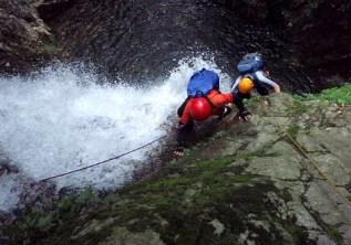 ⑧白滝谷。滝の左際にルートを取る。最後の一歩が微妙。