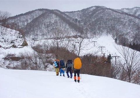 ①スキー場を右眼下見ながら林道を進む。