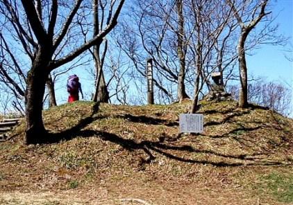 ⑫どろんこ道急登の末、辿り着いた「黒滝城跡」展望は最高。。。だが又急下降。