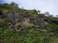 08‐遊び場から岩壁の無数の穴が見える。