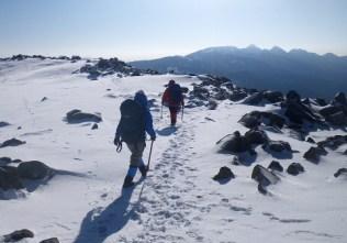 10山頂を散策する。アイゼンが気持ちいい。