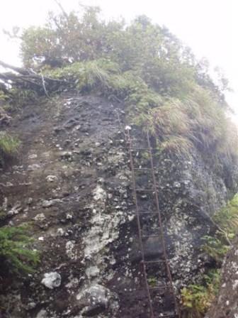 21‐無念の峰。ハシゴへのトラバース(滑るぅ~)ハシゴはハングしてるしぐらぐら。