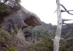⑥岩屋本堂。削り取られた空間の祠には役行者小角が祀られている。