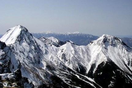 南アルプスをバックに赤岳、阿弥陀岳