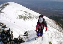 横岳頂上直下のナイフリッジを慎重に登る