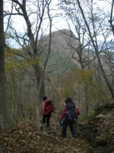 18,これから登る烏帽子ヶ岳が、見え隠れ
