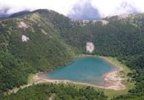 山頂から見下ろす青い五色沼と豊かな森