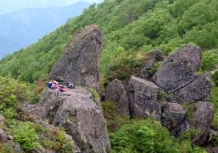 ④金城山、岩峰頂き、最高地点は小屋の在る頂。