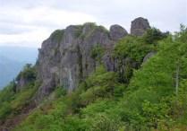 ⑦小屋手前より岩峰を振り返る。
