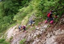 ⑧水無しコースの下山。岩壁のトラバースは滑り易いので要注意。