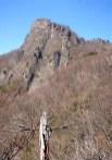 ⑪毛無岩を南西面から眺める。凄い岩襖がそそりたつ。