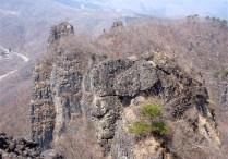 ⑨雄岩より雌岩を眺望。棲い岩峰。