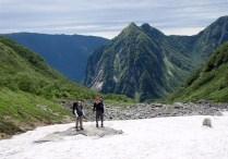 ⑧カール中間部の雪渓。端整な屏風がカッコイイ。