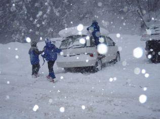 62 KEIさんの愛車も雪まみれ。掘り出す前は、車輪まで雪に埋まってました。