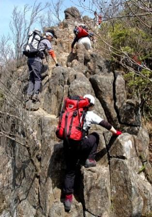 03.古光山直下の岩場。岩は安定して登りやすい。