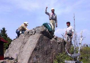 09  山頂にあった岩でクライミング練習。