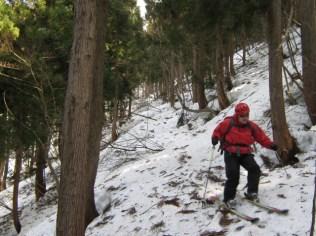 下部の緩んだ雪とゲレンデにはないいろんな物に悪戦苦闘