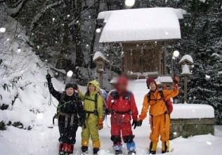 三岳寺に無事下山。雪はまだまだ降ってます。