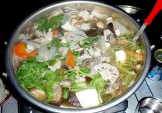 本日のナベは「鶏、野菜、キノコ各種鍋」