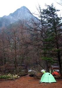 ①小梨テン場より六百山and我がテント。六百山の雄姿が美しい