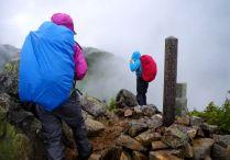16 雨の烏帽子岳山頂
