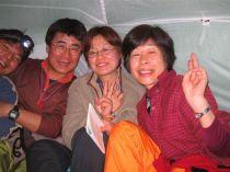 ④狭いテント内でも山歌合唱は楽しい。.