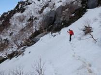 雪渓のトラバースが連続します