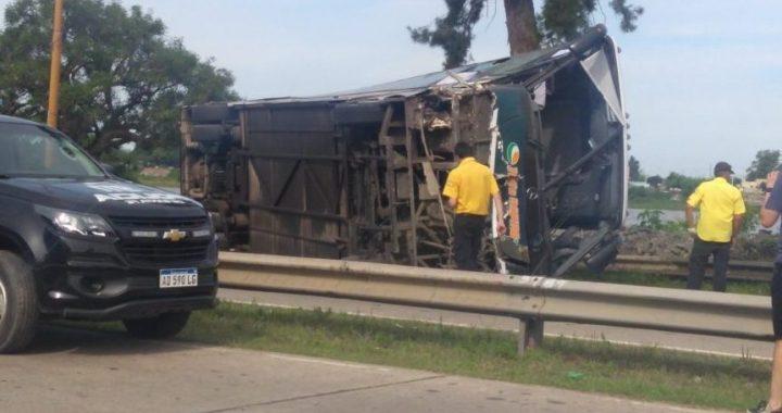 Impactante vuelco de un Tata Rápido dejó 18 heridos