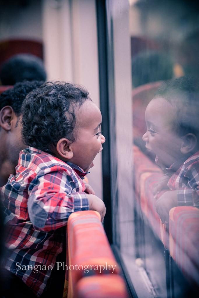 Niño en tren de interrail en Taunus Frankfurt