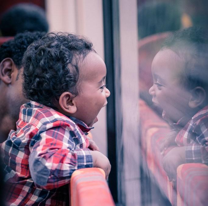 Excursión a los Taunus cerca de Frankfurt am Main. Fotos de un niño en su primer viaje en tren