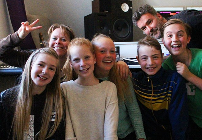 Fra venstre: Rebecca, Karla, Astrid, Asger og Anton. Bagerst: June Beltoft og James Thomas