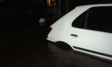 Auto semi cubierto por el agua