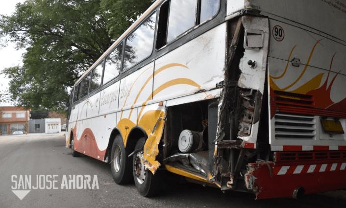 Conductor de ómnibus murió atropellado por camión