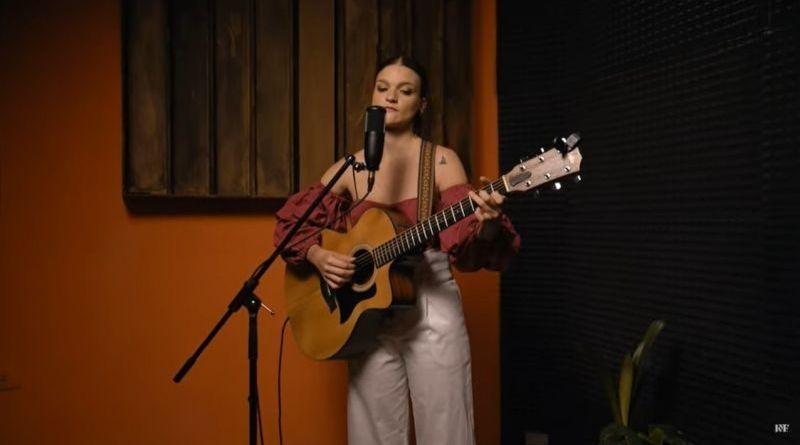 Martina Flores presentó dos covers imperdibles