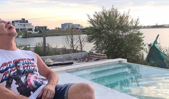 """Guido Süller presenta la imponente casa que él mismo diseñó, con piscina in-out, sala de cine y vista al lago: """"Será mi última morada"""""""