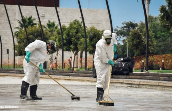 Así se realiza el mantenimiento de la fuente de la Plaza del Bicentenario