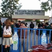 Padres de familia toman secundaria en Pozos, para exigir que reinstalen a director [Fotogalería]