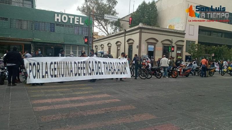 Trabajadores del SITTGE bloquean Av. Carranza, por presuntos despidos injustificados