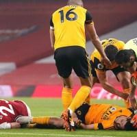 Raúl Jiménez salió conmocionado, tras choque de cabezas con David Luiz
