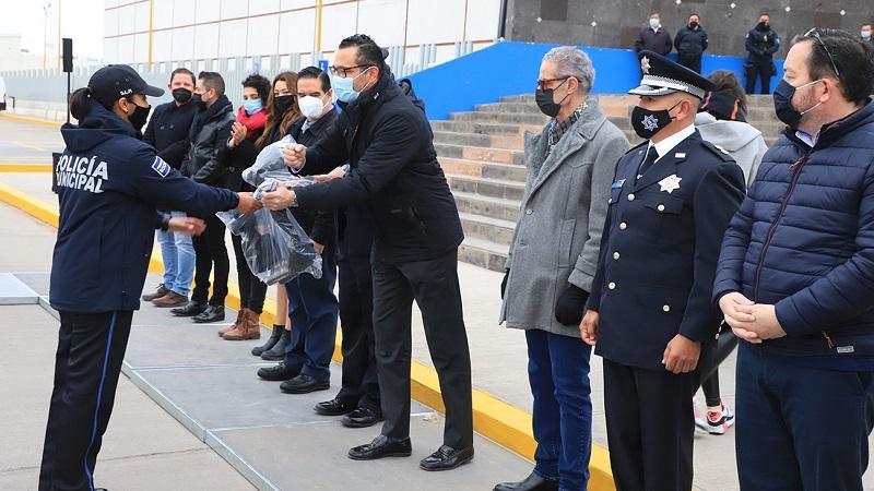 Entrega alcalde uniformes y equipamiento a la policía municipal